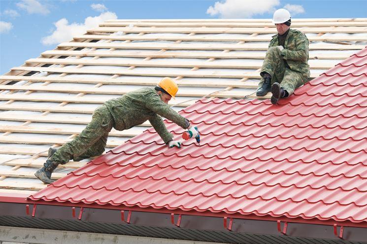 Installazione di finte tegole sul tetto