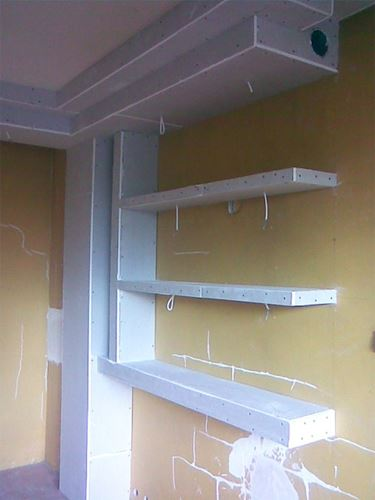 Una mensola in cartongesso in costruzione