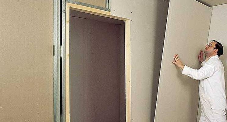 Montaggio parete cartongesso con porta – parquet per interni