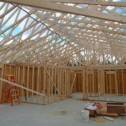 Tetto in legno lamellare in fase di costruzione