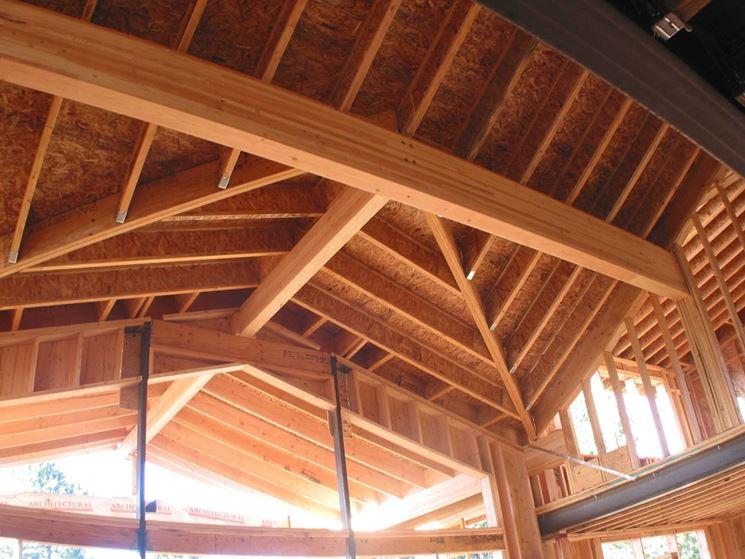 Tetto in legno lamellare con travi incrociate