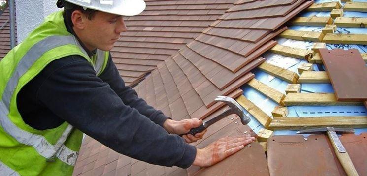 Posa di una copertura a tetto