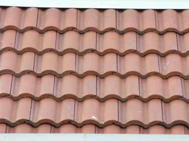 Un tetto con tegole portoghesi