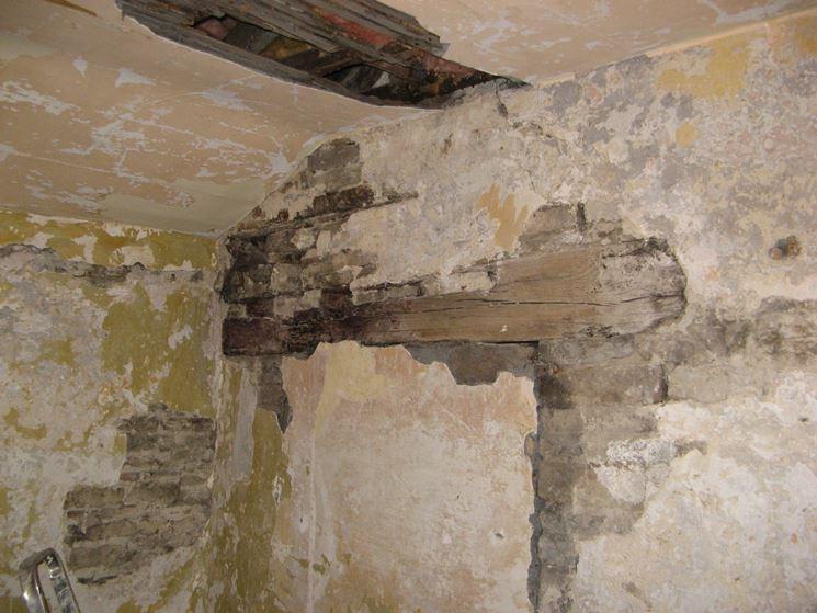 Esempio di vecchia muratura con intonaco degradato
