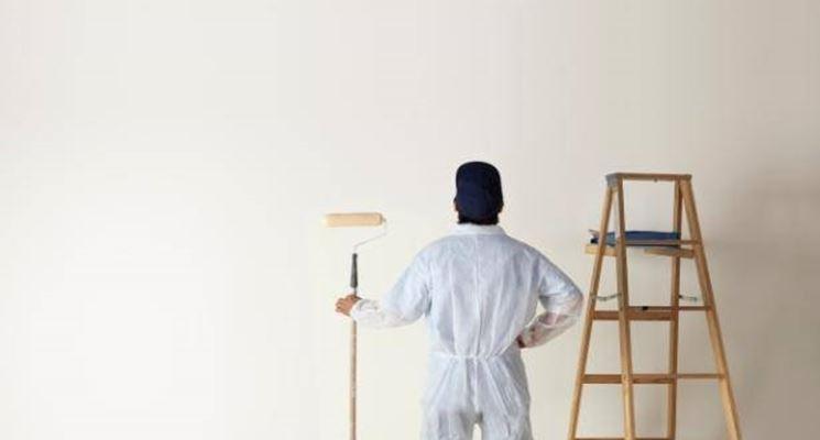 Pulizia del muro prima di pitturare
