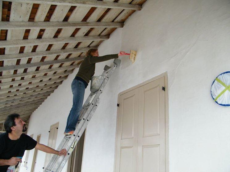 Pittura in corso di una parete