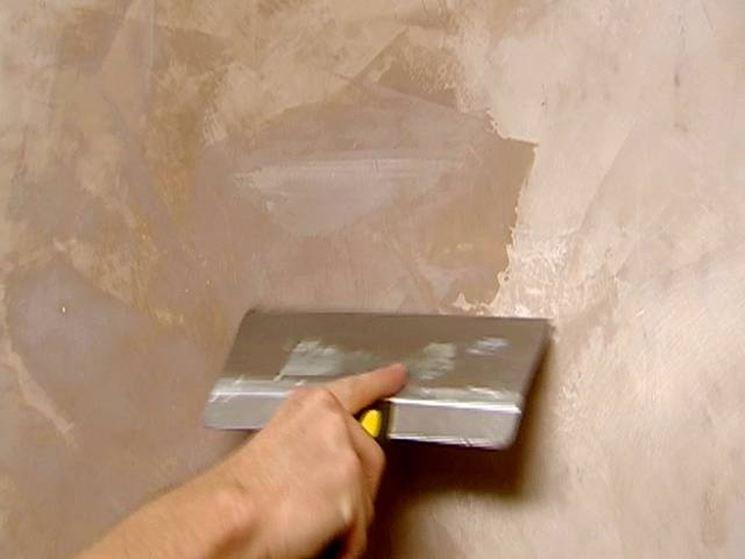 uso dello stucco per pareggiare le pareti