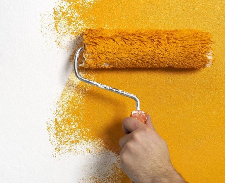 Il rullo per dipingere una parete