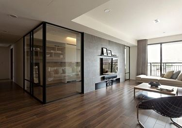 Parete divisoria in vetro tra zona living e studio.