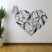 Parete interamente decorata con la tecnica dello stencil
