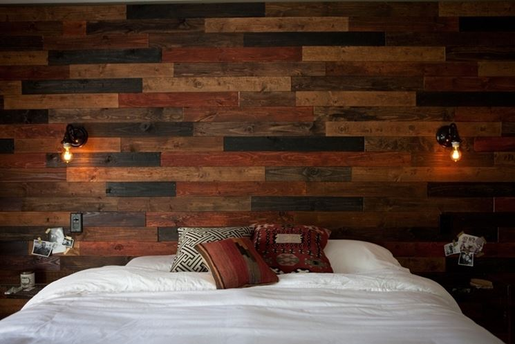 Parete di legno in camera da letto