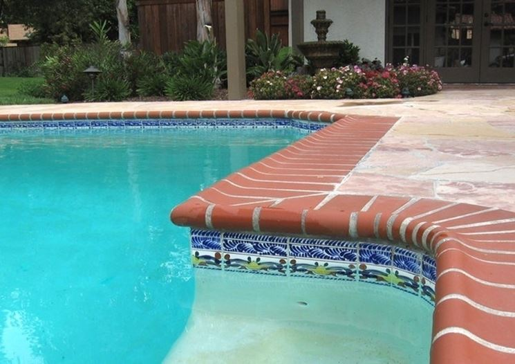 Particolare di bordo piscina in cotto