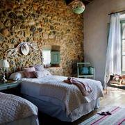 Stanza da letto con parete in pietra