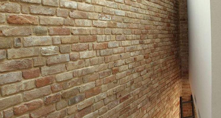 Pareti In Pietra Soggiorno: Parete in finta pietra con camino proposte di arredo e prodotti.