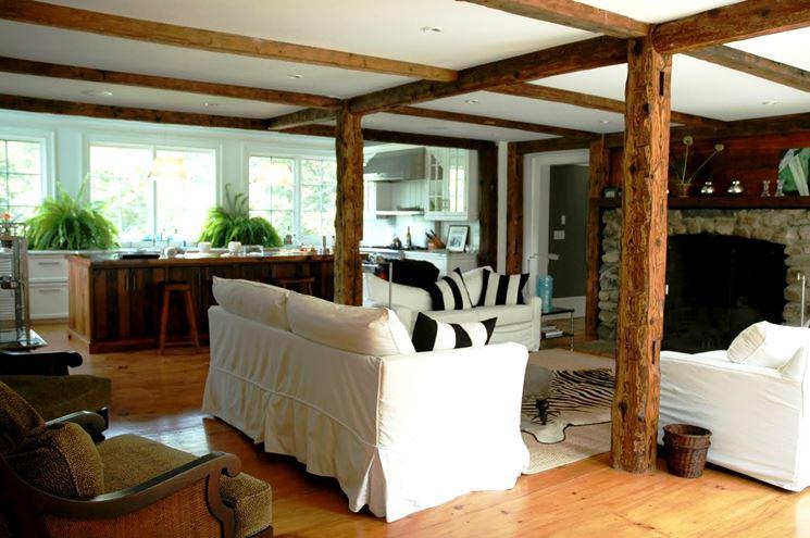Open space con travi in finto legno