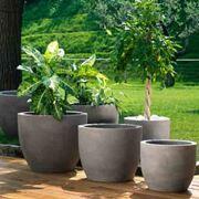 Esempio di vasi in resina. Fonte: www.erminimondovasi.it