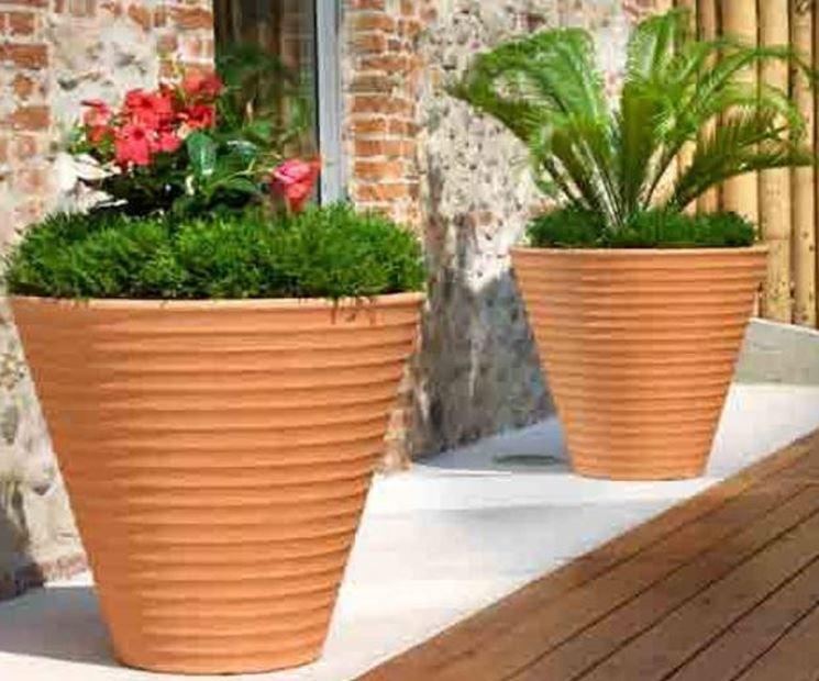 Esempio di vaso terracotta in resina. Fonte: www.perilcane.it