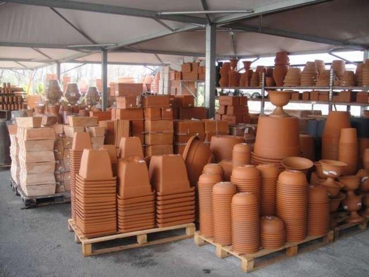 Vasi di diversa forma, dimensione e materiale comunemente in commercio