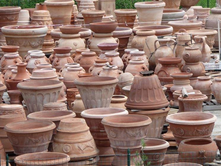 Vasto assortimento di vasi in coccio